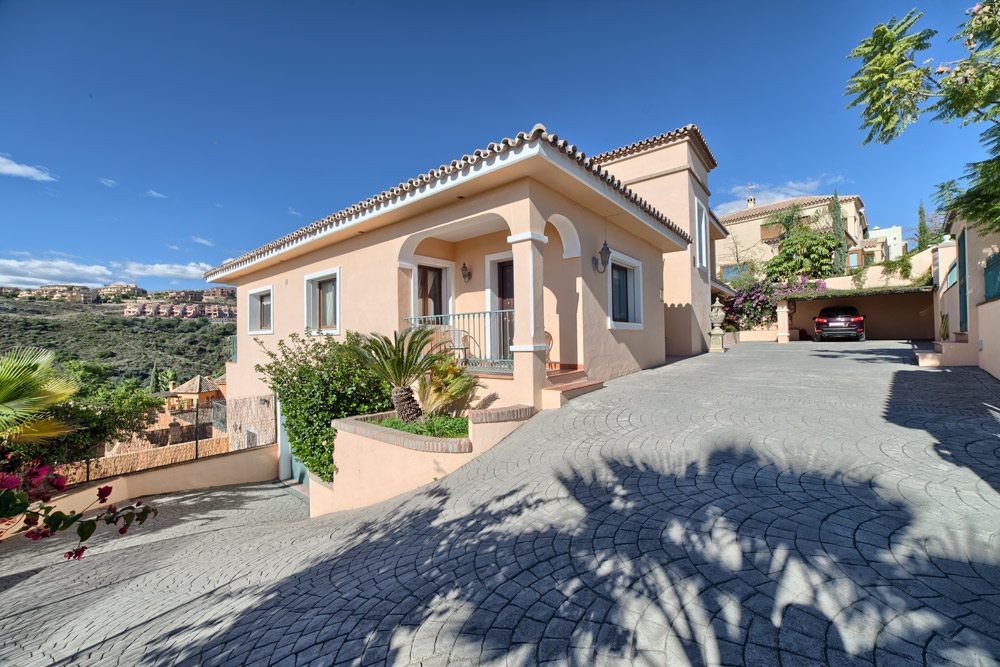 Villa for sale in La Alqueria Benahavis