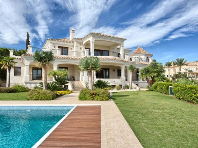 Luxury villa in El Paraiso Alto (Benahavis) for sale