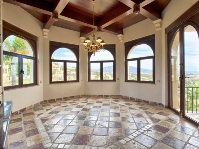 Luxury villa in El Paraiso Alto (Benahavis) for sale