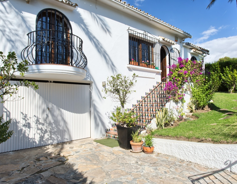 Detached villa in Estepona Las Lomas for sale