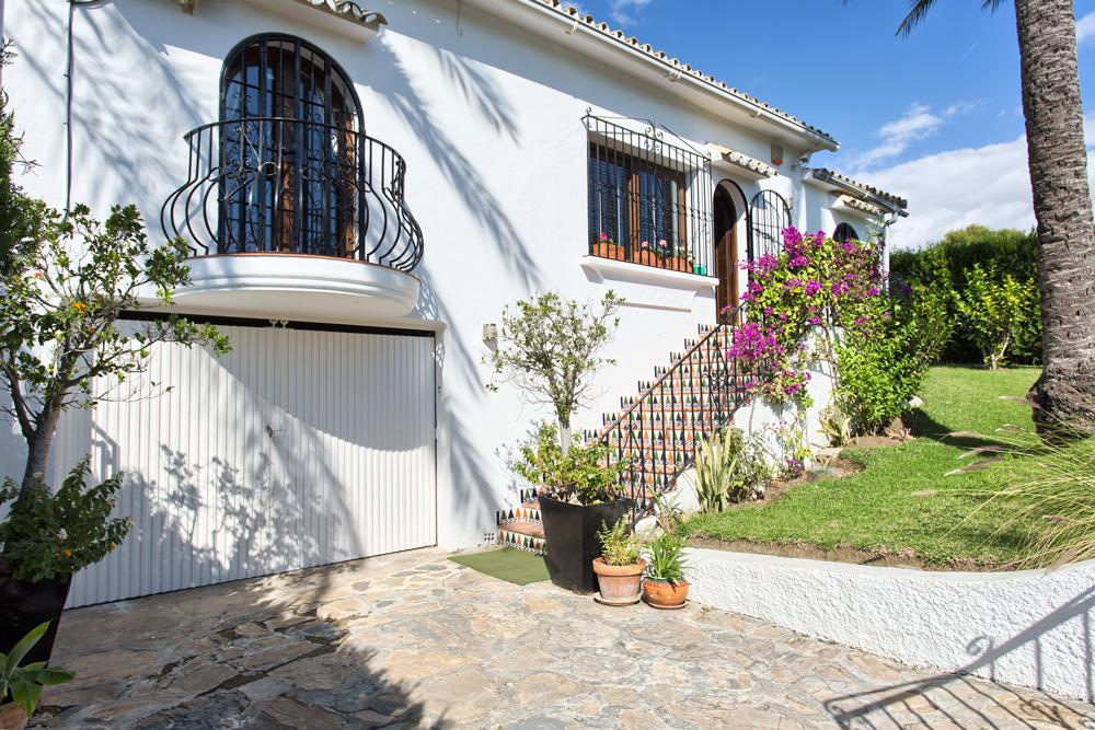 Detached villa in Estepona Las Lomas for sale