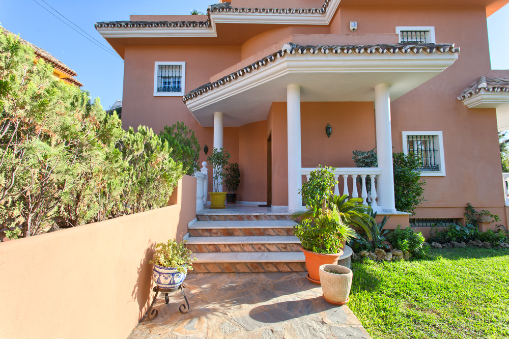 Detached villa in Nueva Andalucia for sale